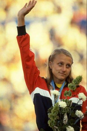 1983: Grete Waitz prima zlatnu medalju za maraton na Svjetskom prvenstvu u Helsinkiju. Foto: Tony Duffy/Allsport