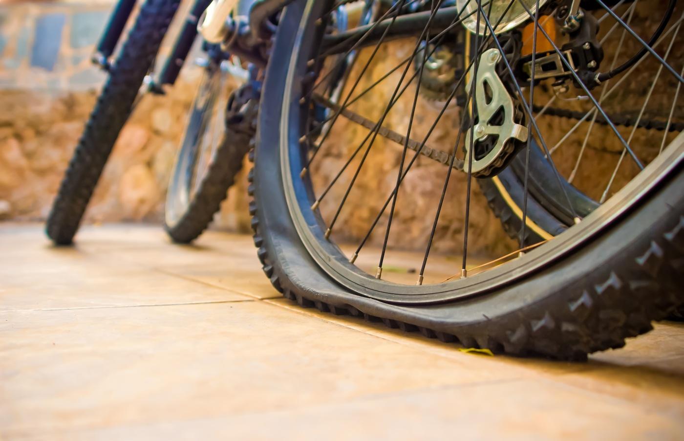 Gume izgube pritisak nakon nekog vremena, ali potpuno prazna guma prije vožnje znači da je treba zamijeniti ili pokrpati