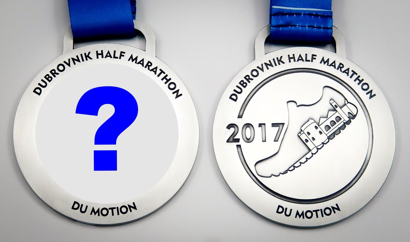 Masivna, metalna finišerska medalja za polumaraton od gotovo 10 cm krije poruku na poleđini.